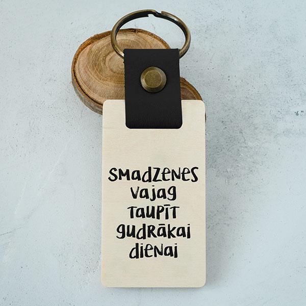 """Koka atslēgu piekariņš ar tekstu: """"Smadzenes vajag taupīt gudrākai dienai"""""""