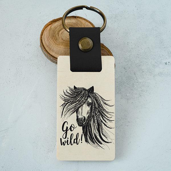 """Koka atslēgu piekariņš ar zirga zīmējumu un tekstu: """"Go wild!"""""""