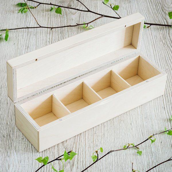Atvērta, balta koka kaste ar 1x4 nodalījumiem.