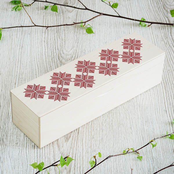 Balta koka kaste ar 1x4 nodalījumiem un latvju rakstu zīmējumu.
