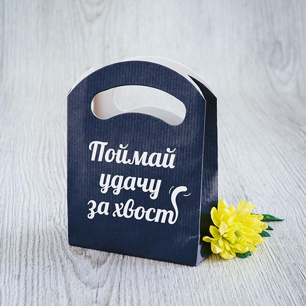 """Zils dāvanu maisiņš ar tekstu: """"Noķer veiksmi aiz astes"""", krievu valodā"""