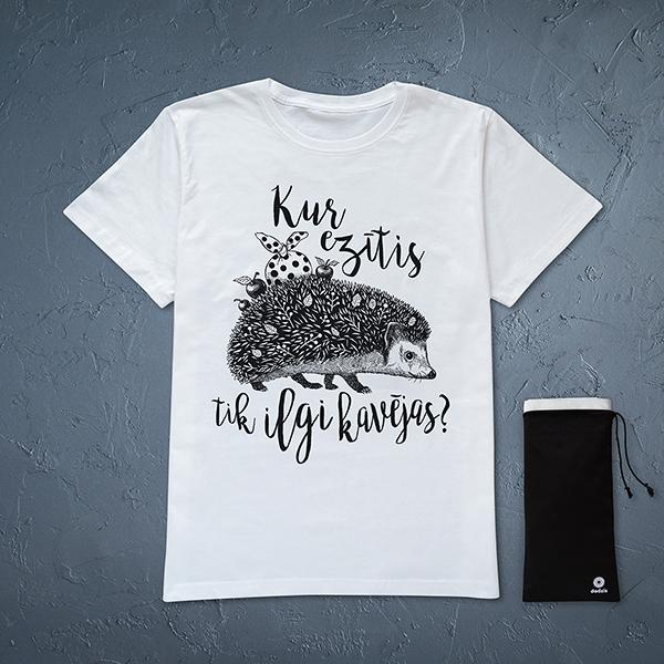"""Balts vīriešu t-krekls ar melnu eža zīmējumu un tekstu: """"Kur ezītis tik ilgi kavējas?'"""
