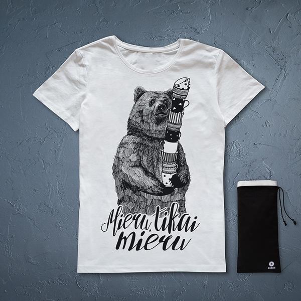 """Balts sieviešu t-krekls ar melnu lāča zīmējumu un tekstu: """"Mieru, tikai mieru"""""""
