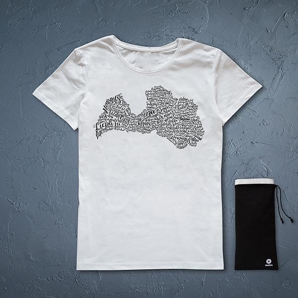 Balts sieviešu krekls ar melnu Latvijas pilsētu kontūru.