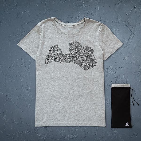 Pelēks sieviešu krekls ar melnu Latvijas pilsētu kontūru.