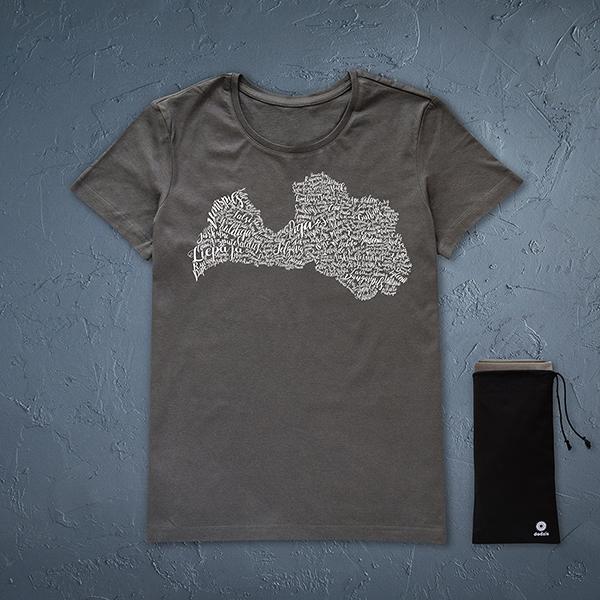 Tumši pelēks sieviešu krekls ar baltu Latvijas pilsētu kontūru.