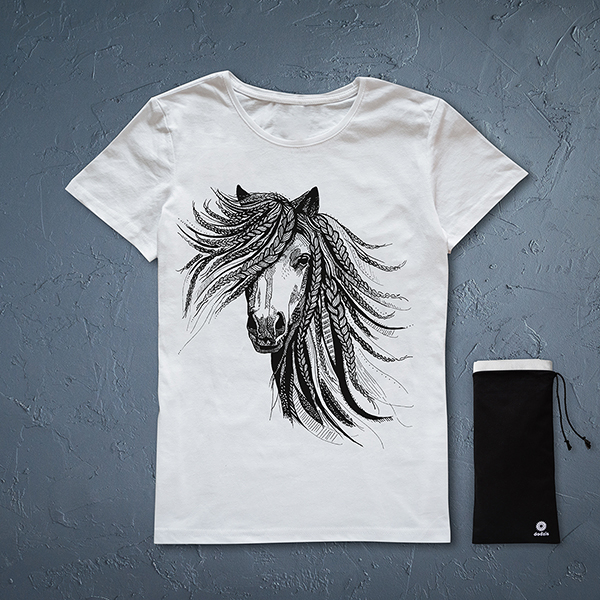 Balts sieviešu t-krekls ar melnu zirga zīmējumu