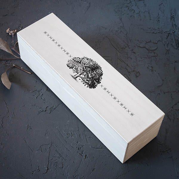 Balta koka kaste ar 1x4 nodalījumiem un ozola zīmējumu.