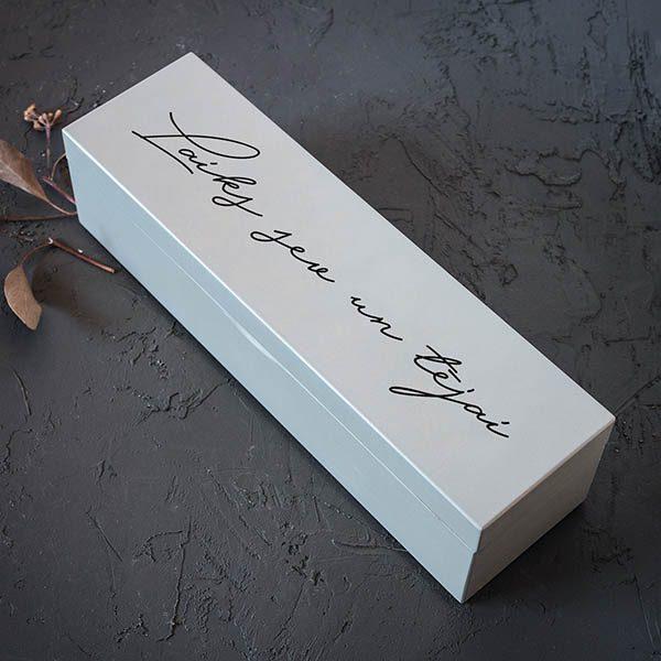 """Balta koka kaste ar 1x4 nodalījumiem un tesktu: """"Laiks sev un tējai""""."""
