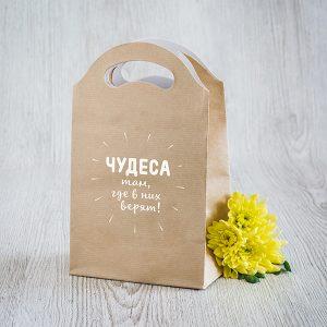 """Dāvanu maisiņš ar tekstu krievu valodā: """"Tici! Brīnumi patiešām notiek!"""""""
