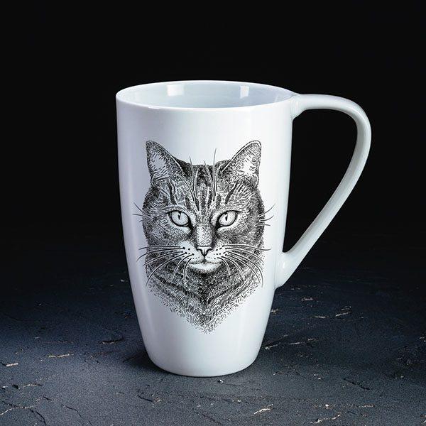 Balta krūze ar melnu kaķa zīmējumu.