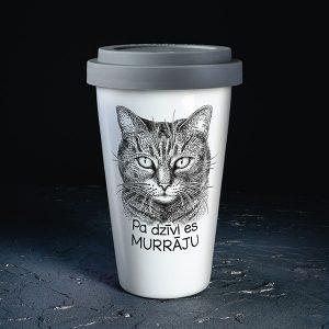 """Balta ceļojuma krūze ar melnu kaķa zīmējumu un tekstu: """"Pa dzīvi es murrāju"""""""