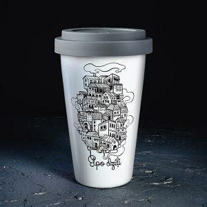 """Balta ceļojuma krūze ar melnu pilsētas zīmējumu un tekstu: """"Elpo dziļi"""""""
