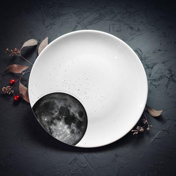 """Vidējais šķīvis ar melnu Mēness zīmējumu un zeltītu tekstu: """"Mans uzticamais pavadonis"""""""