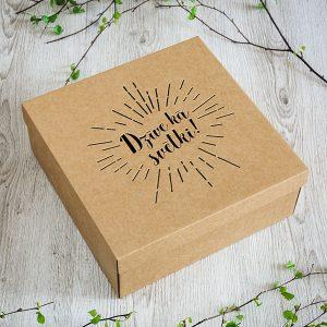 """Kartona kaste ar lāzergravētu tekstu: """"Dzīve kā svētki!"""""""
