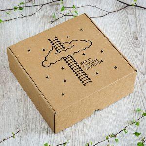"""Kartona kaste ar lāzergravētu tekstu: """"Seko saviem sapņiem"""""""