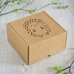 Kartona kaste ar lāzergravētu eža zīmējumu.