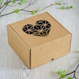 Kartona kaste ar lāzergravētu ģeometrisku sirds zīmējumu.