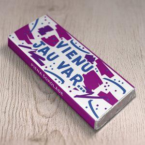 """Mazā šokolāde ar krāsainu apdruku un tekstu: """"Vienu jau var..."""""""