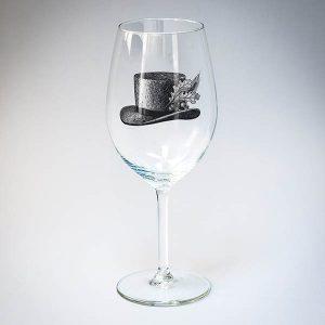 Vīna glāze ar melnu cepures zīmējumu.