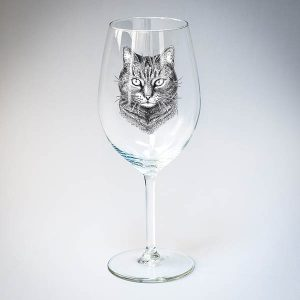 Vīna glāze ar melnu mājas kaķa zīmējumu.