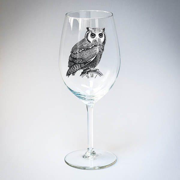 Vīna glāze ar melnu pūces zīmējumu.