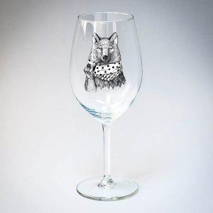 Vīna glāze ar melnu vilka zīmējumu.
