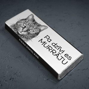 """Mazā šokolāde ar mājas kaķa zīmējumu un tekstu: """"Pa dzīvi es murrāju"""""""