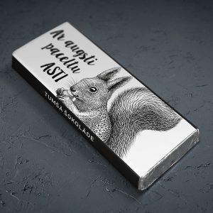 """Mazā šokolāde ar vāveres zīmējumu un tekstu: """"Ar augsti paceltu asti"""""""