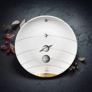 Vidējais šķīvis ar melnu Saules sistēmas zīmējumu un zelta elementu