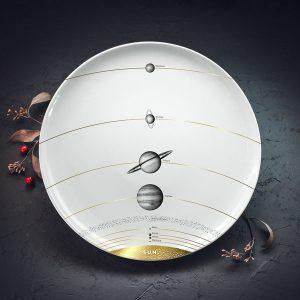 Lielais šķīvis ar melnu Saules sistēmas zīmējumu un zelta elementu