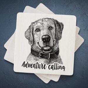 """Balts mazs magnēts ar melnu suņa zīmējumu un tekstu: """"Adventure calling"""""""