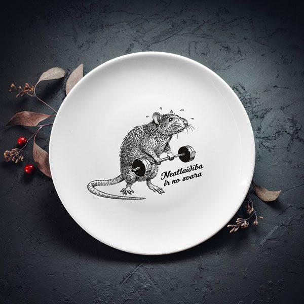 """Lielais šķīvis ar melnu žurkas zīmējumu un tekstu: """"Neatlaidība ir no svara"""""""