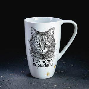 Balta krūze ar melnu kaķi ar tekstu pa dzīvi murrāju