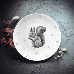 Dadzis šķīvis ar vāveri un sudraba elementiem