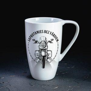 Dadzis baltā krūze ar motociklu un uzrakstu saprotamies bez vārdiem