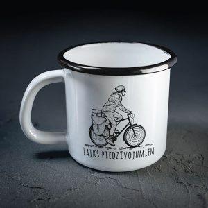 dadzis balta metāla krūze ar riteņbraucēju un uzrakstu laiks piedzīvojumiem