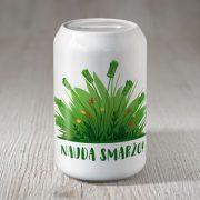 Krājkase dadzis ar zāli un tekstu nauda smaržo