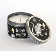 svece metāla traukā ar greipfrūta un vaniļas smaržu un attēlotu žurku kas tur sērkociņu un tekstu iededz svecīti