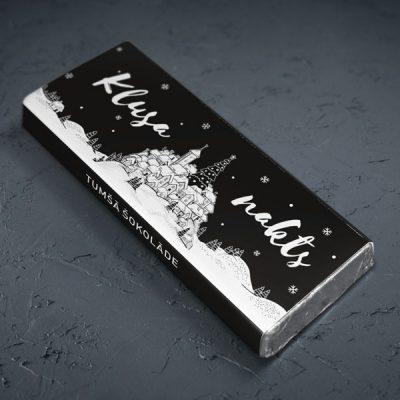 mazā tumšā šokolāde astoņpadsmit grami ar pilsētu sniegā un tekstu klusa nakts