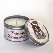 svece metāla traukā ar greipfrūta un vaniļas smaržu un attēlotu dusmīgo kaķi un tekstu priecīgus ziemassvētkus
