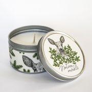 svece metāla traukā ar greipfrūta un vaniļas smaržu un attēlotu stirnu un tekstu notver mirkli