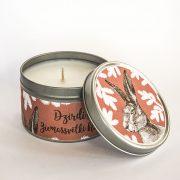 svece metāla traukā ar greipfrūta un vaniļas smaržu un attēlotu zaķi un tekstu dzirdi ziemassvētki klāt