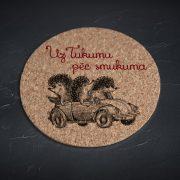 Korķa paliktnis, mazais, ar attēlotiem trīs ežiem mašīnā un tekstu - Uz Tukumu pēc smukuma